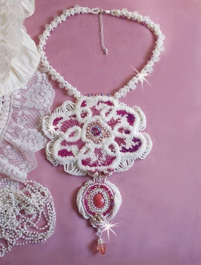 Collier plastron Chloé brodé avec une dentelle de perles tout en finesse, des cristaux de Swarovski, des perles nacrées et des rocailles Miyuki