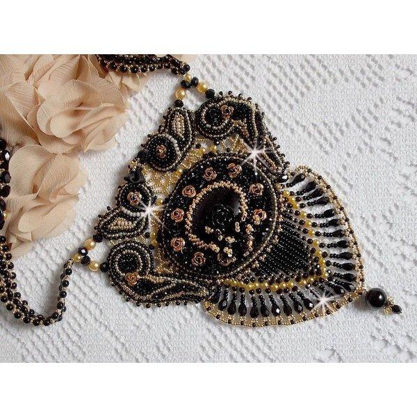 Collier Cléopatra brodé avec un onyx noir, perles et rocailles
