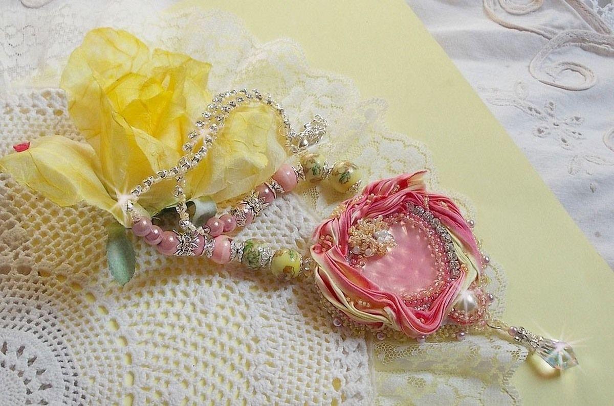Collier Coeur Tendre brodé avec un ruban de soie Rose et Jaune, des perles en céramique, des Cristaux de Swarovski et des rocailles