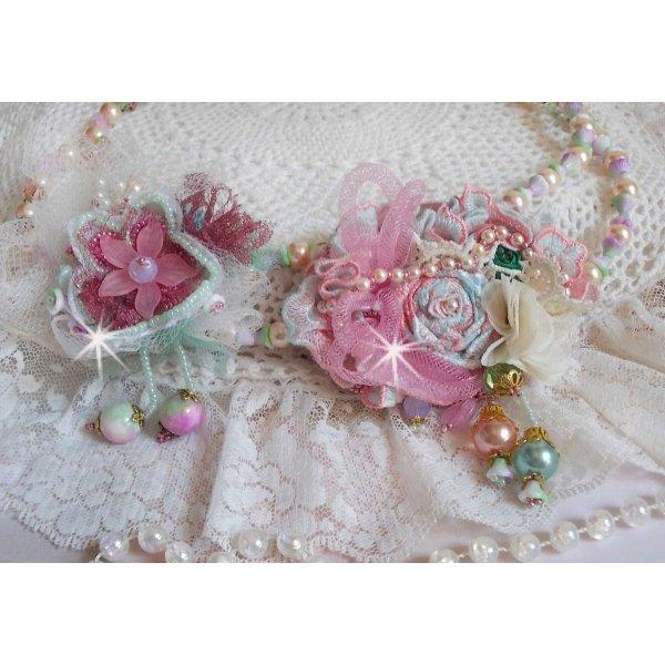 Collier Douceur Poudrée Haute-Couture crée avec des dentelles, des cristaux de Swarovski, du Jade, des perles, des accessoires en plaqué Flash Or sur laiton 24 carats et des rocailles.