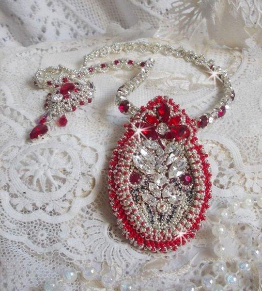 Collier Drigon Red brodé avec des cristaux de Swarovski de couleur rouge, des rocailles argentées, des strass, des fermoirs et des chaînettes en argent 925/1000