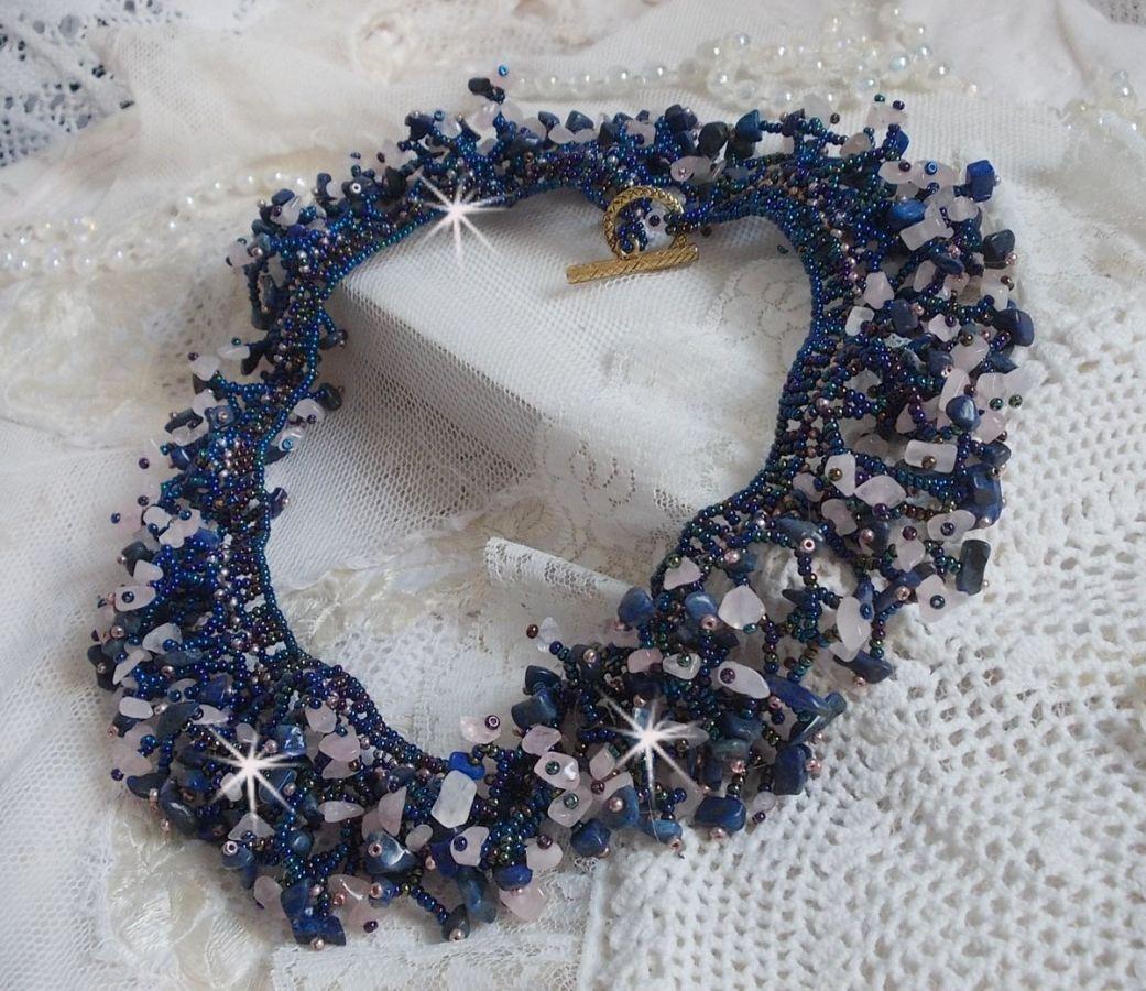 Collier Fleur de corail avec des rocailles et perles semi-précieuses comme le Quartz, le Sodalite et le Lapis Lazuli.