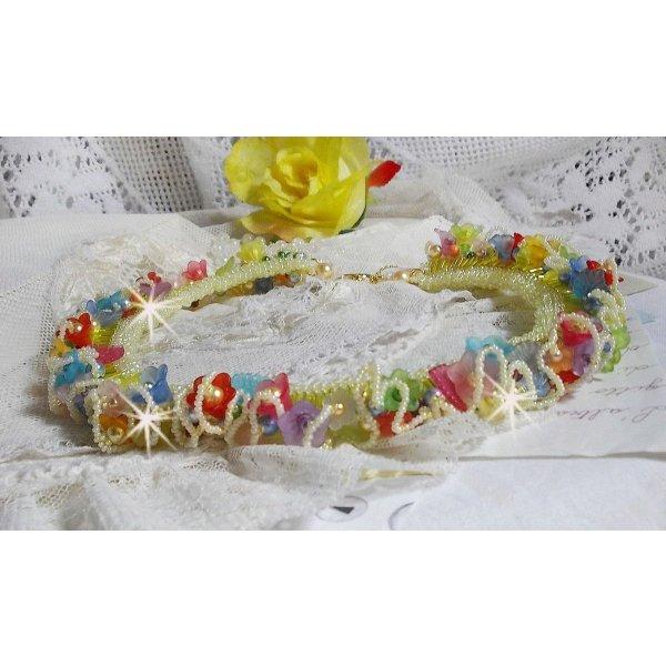 Collier Garden Flowers avec des fleurs Frosted, des rocailles et des tubes de couleur jaune