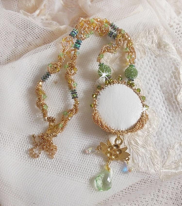 Collier Garden Party brodé avec un Crystal de Bohême Vert, des perles de Swarovski et des rocailles Miyuki