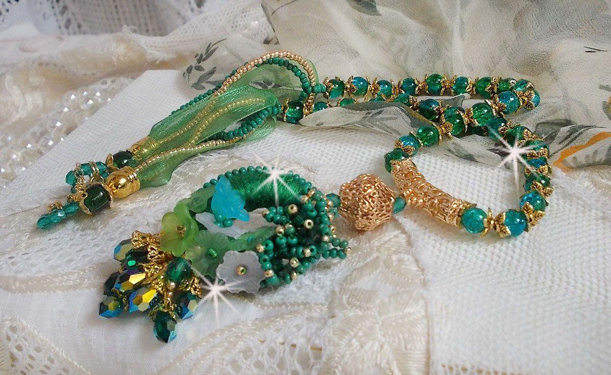 Collier Green Iris brodé avec du coton DMC vert émeraude,  des Cristaux de Swarovski, des perles en résine et des rocailles