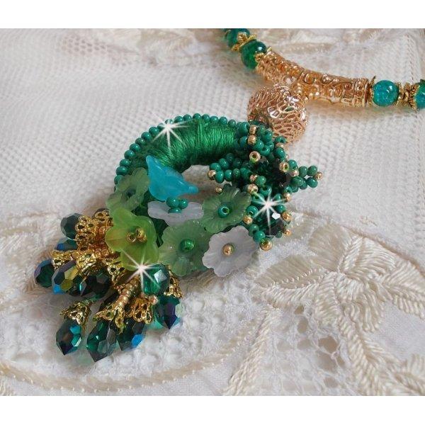 Collier Green Iris brodé avec du coton DMC vert et des perles