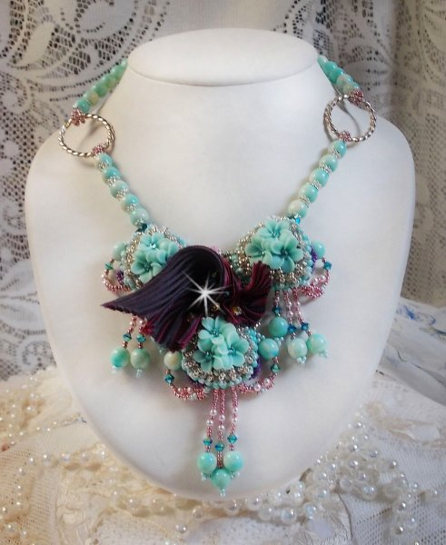 Collier Haute-Couture Blue Flowers avec ces nombreuses perles de qualité.