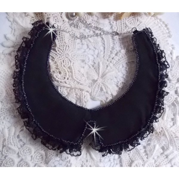Collier plastron Tenue de Soirée, brodé avec des cristaux de Swarovski et dentelle noire façon Haute-Couture
