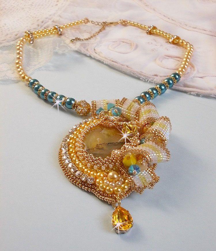 Collier Haute-Couture Sunflower Gold, rocailles plaqué or 24 carats, une opale de Madagascar et cristaux de Swarovski.