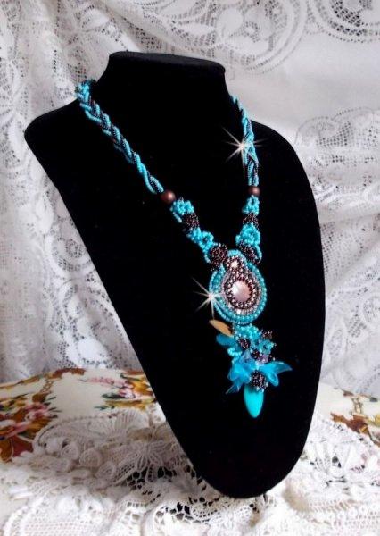 Collier Turquoise Haute-Couture brodé avec des Cristaux de Swarovski et pierre semi-précieuse
