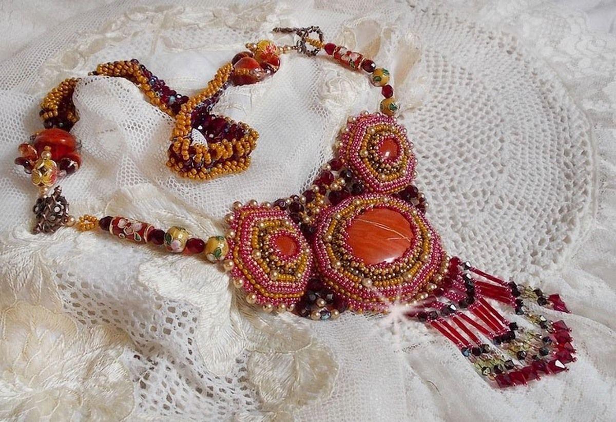Collier plastron Jaspe Rouge brodé avec des pierres semi-précieuses le Jaspe Rouge avec des Cristaux de Swarovski, des perles cloisonnées, des Muranos et des rocailles