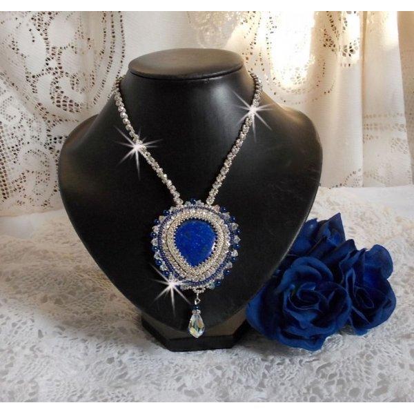 Collier Nil bleu brodé avec un cabochon poire Lapis Lazuli et des cristaux de Swarovski