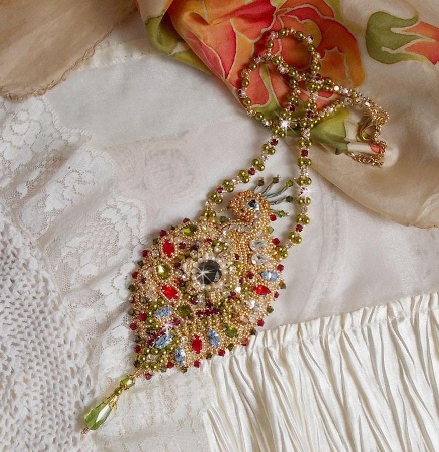 Collier L'Oiseau des Iles brodé avec des Cristaux de Swarovski, perles nacrées et rocailles Miyuki.