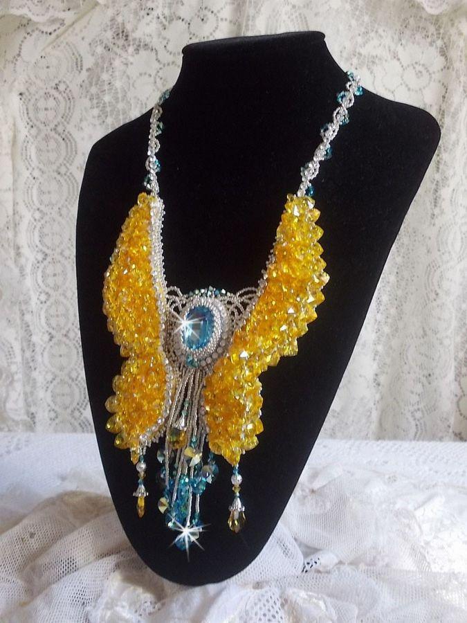 Collier plastron Papillon de Versailles Haute-Couture brodé avec des cristaux de Swarovski, des rocailles Miyuki argentées et des accessoires en Argent 925/1000