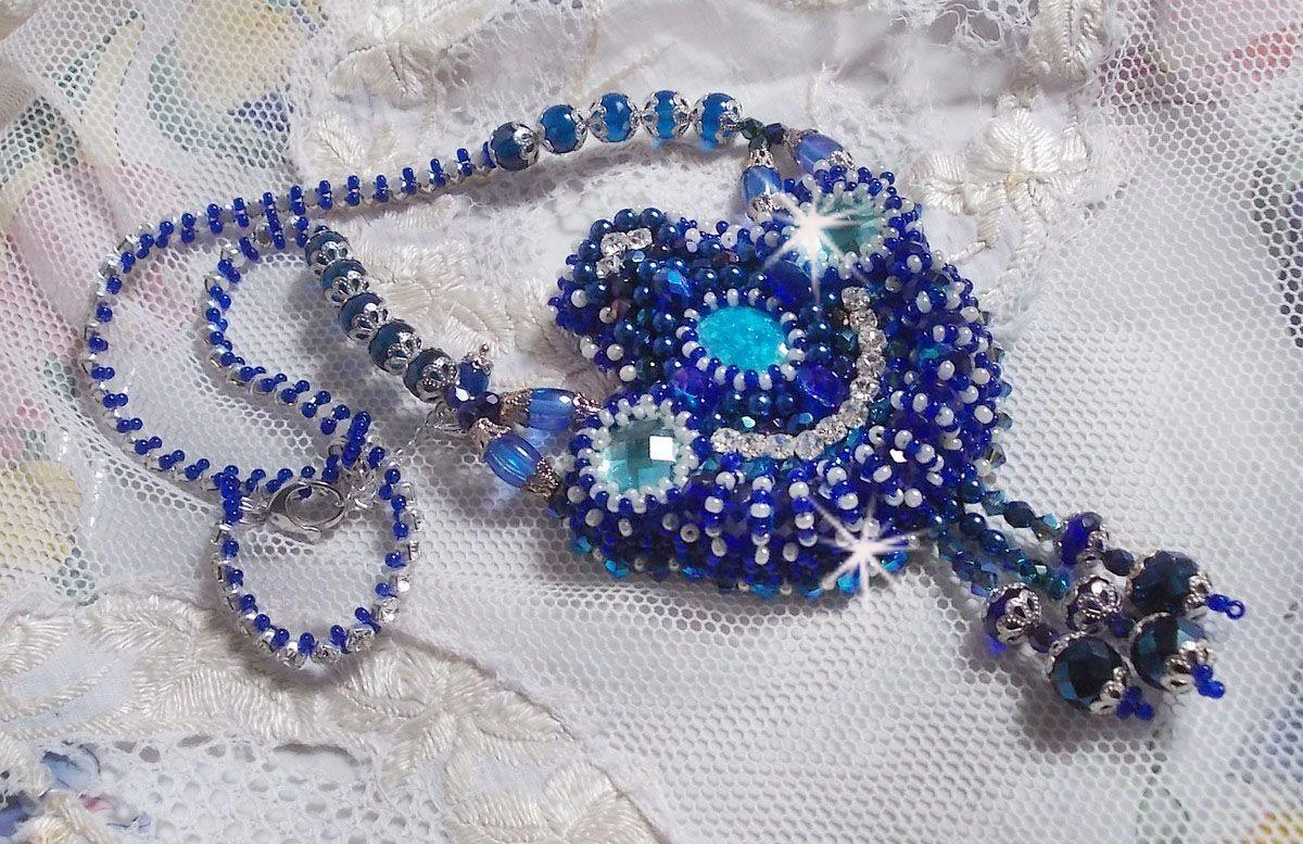 Collier Paris Divine brodé avec des Cristaux de Swarovski, des perles en cristal de Bohème et des rocailles