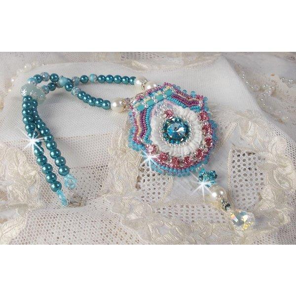 Collier pendentif Beauty Alicia Blue avec des cristaux de Swarovski et une dentelle très fine.