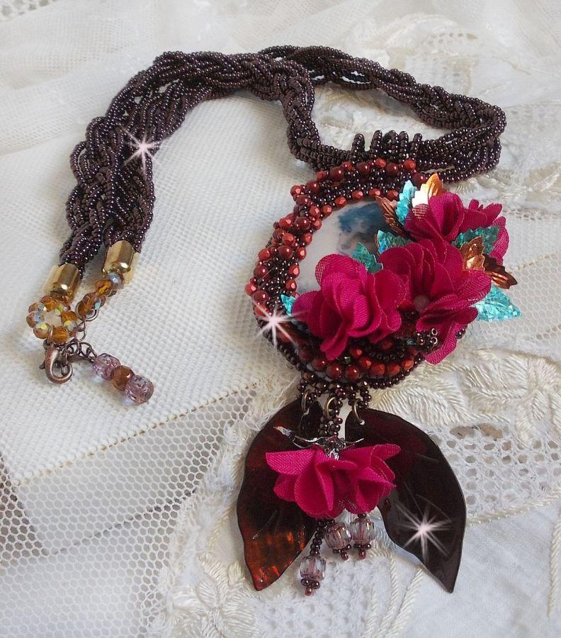 Collier pendentif Belle Hélène Haute-Couture avec des fleurs en tissu et des feuilles en nacre
