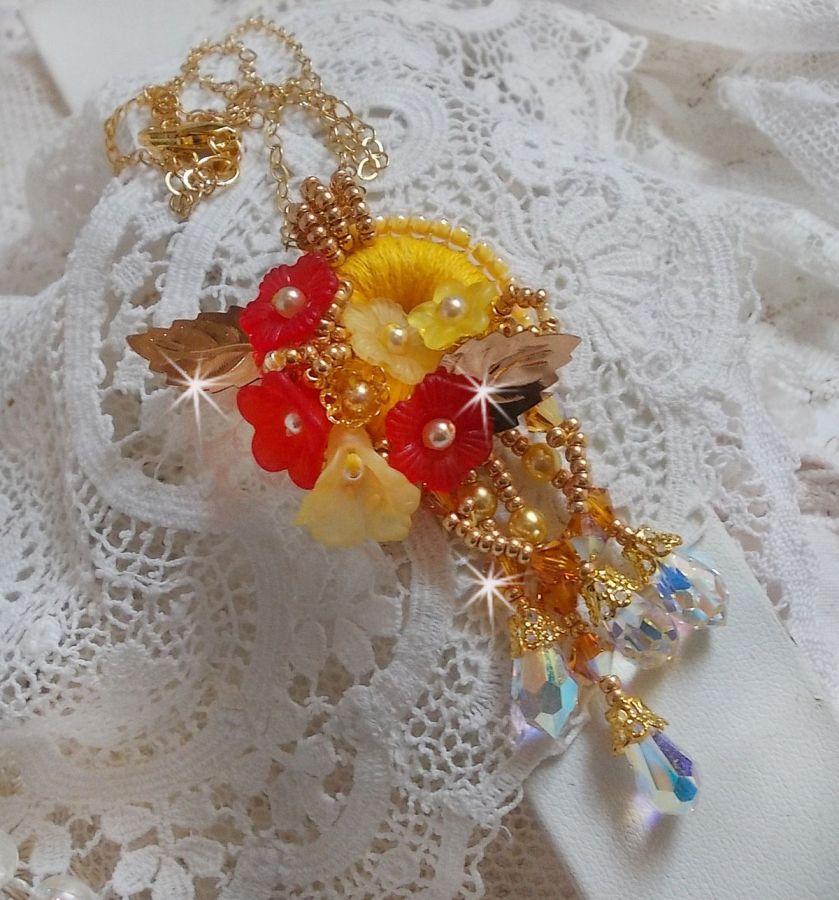 Collier pendentif Bouton D'or avec des cristaux et perles diverses de qualité