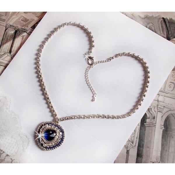 Collier pendentif Bleu de L'Océan brodé avec un cristal de Swarovski bleu et rocailles