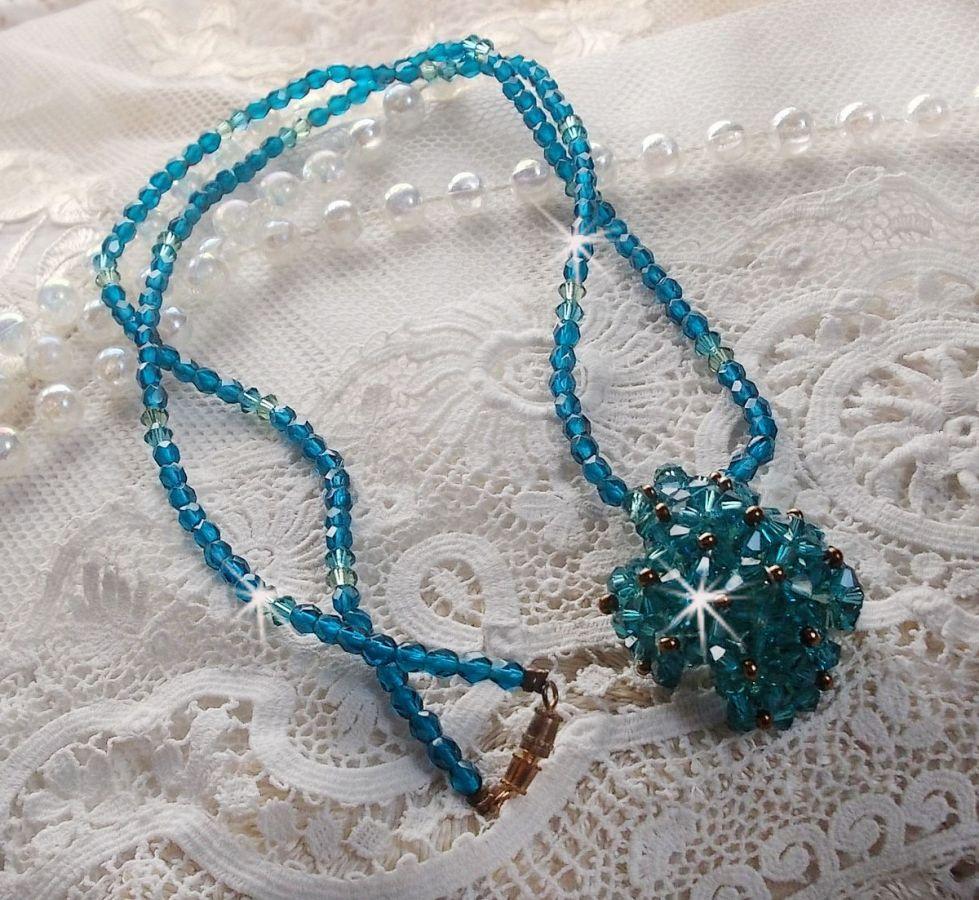 Collier pendentif Emeraude avec des toupies en cristal de Swarovski et des facettes