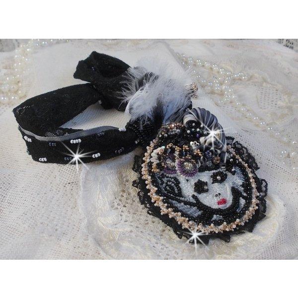 Collier pendentif Féerie Black avec un beau chapeau en soie et perles.