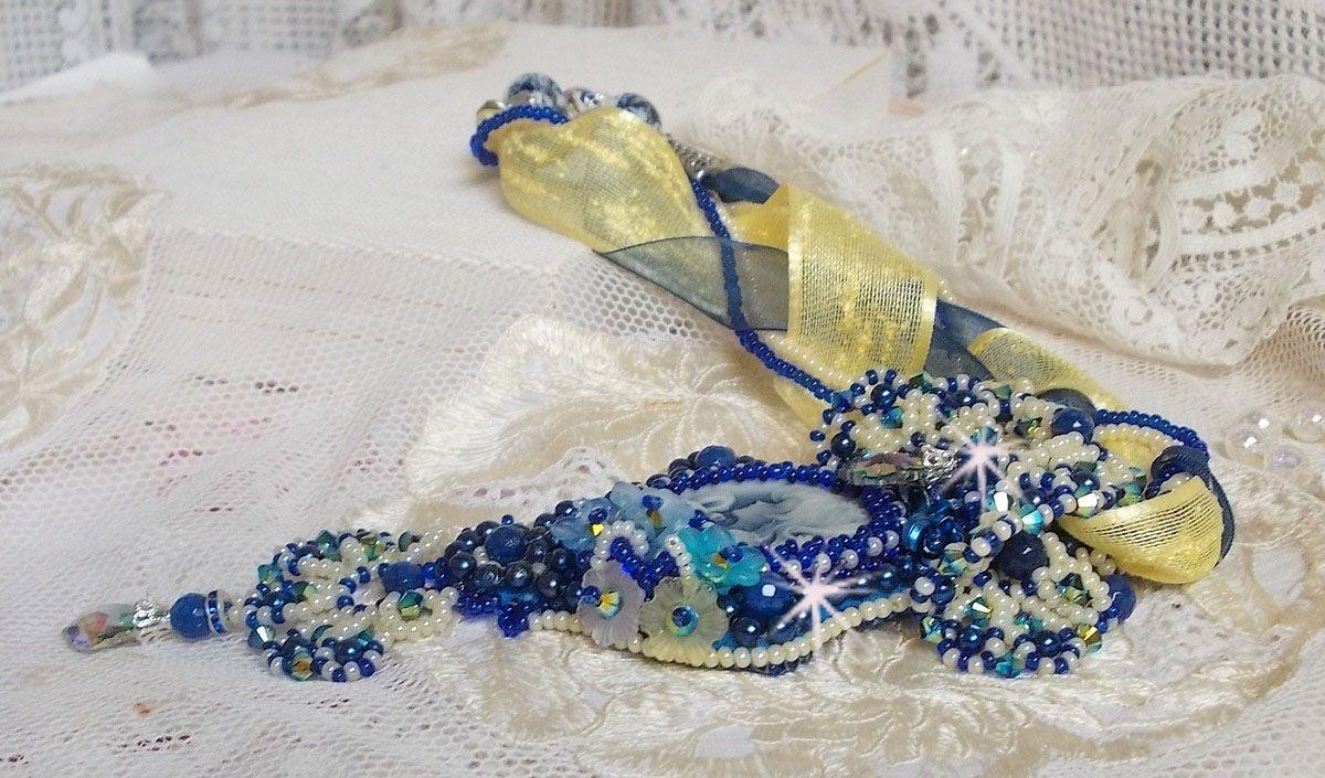 Collier pendentif Haute-Couture Blue Palace avec des rocailles de couleurs et des cristaux de Swarovski