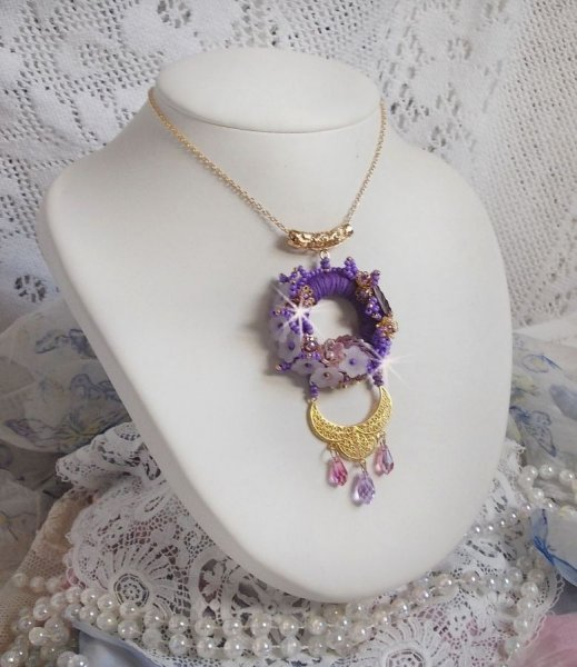 Collier pendentif Laureline brodé avec du coton DMC  mauve, des cristaux de Swarovski et des fleurs frosted.