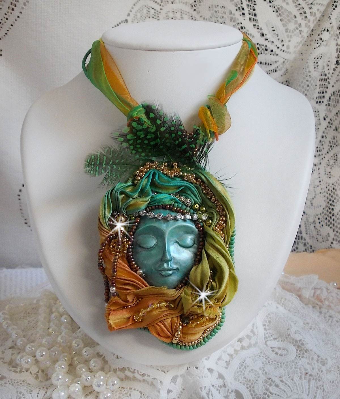 Collier pendentif Lune Vénitienne brodé avec un très beau ruban de soie, des cristaux de Swarovski et d'autres perles de qualité