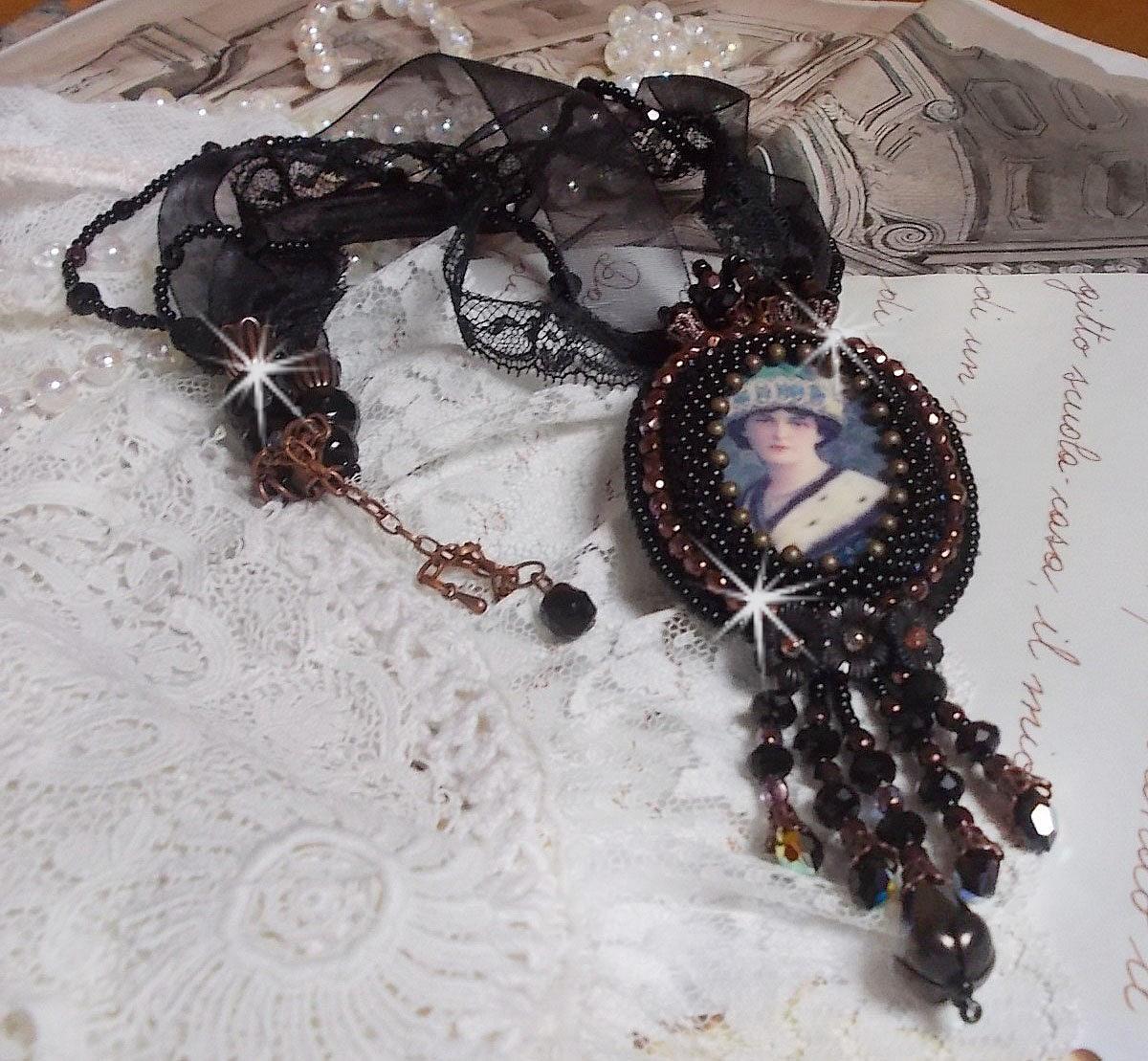 Collier pendentif Midnight Daisy vêtu de perles noires avec des cristaux de Swarovski
