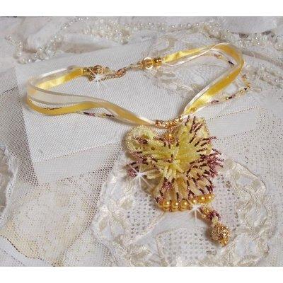 Collier pendentif La Petite Robe Jaune avec des perles de rocailles,  des perles de Swarovski et autres.