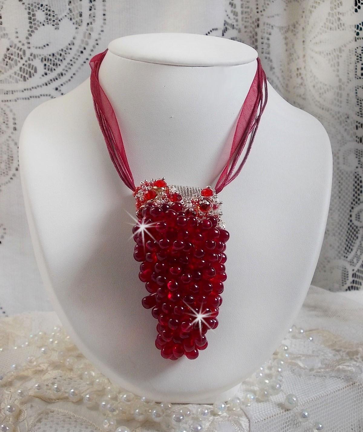 Collier pendentif Tendre Rouge monté avec des gouttes en verre rouge, des perles rondes facettées et des perles nacrées
