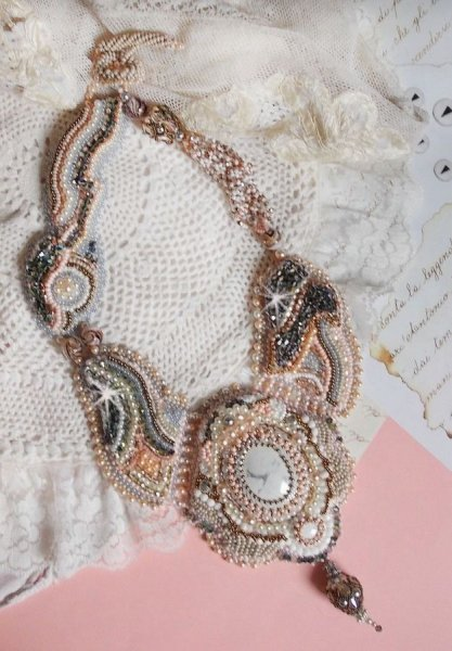 Collier plastron Angélique Marquise des Anges Haute-Couture brodé avec des pierres de gemmes et des cristaux de Swarovski
