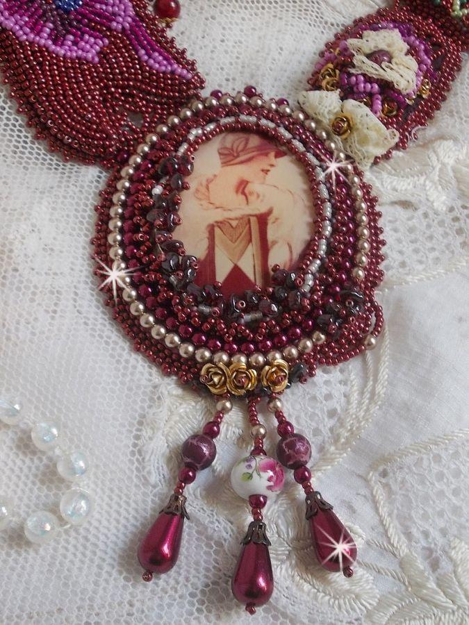 Collier plastron Art'D Haute-Couture brodé avec des rocailles de différentes couleurs et des perles nacrées en cristal de Swarovski