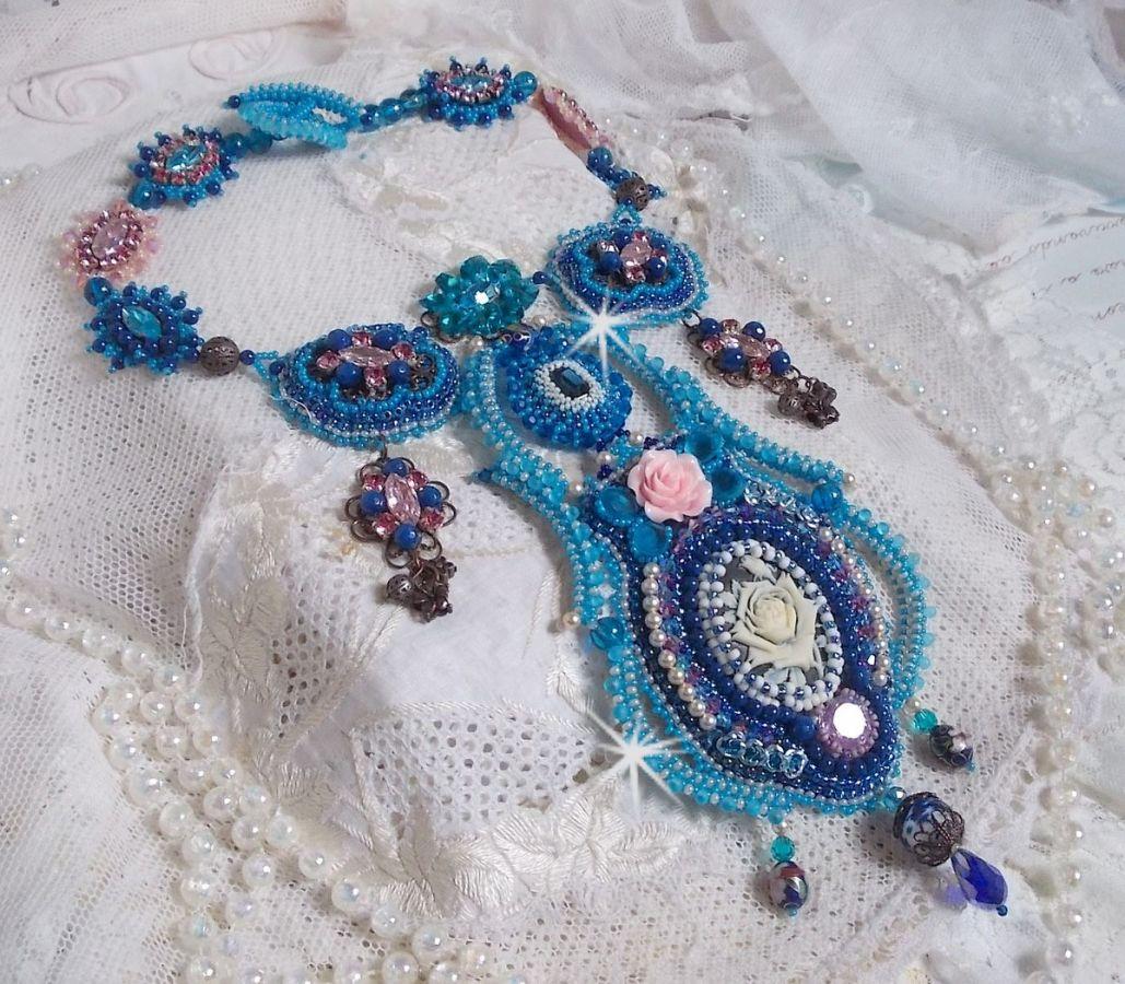 Collier plastron Belle Epoque, Haute-Couture brodé avec des Cristaux de Swarovski et diverses belles perles