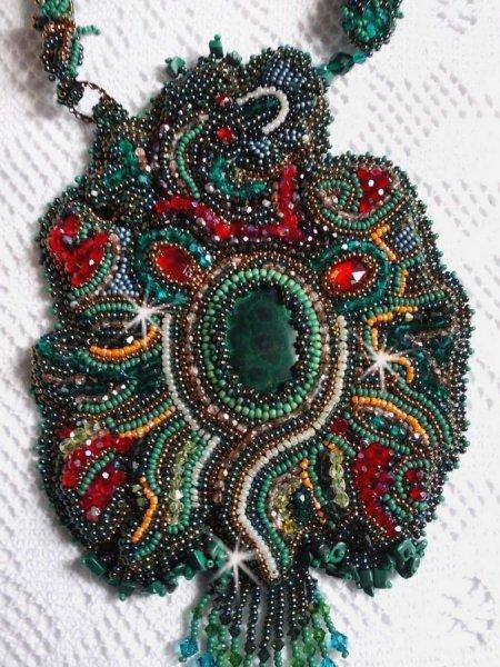 Collier plastron Dragon, un beau dégradé d'un vert émeraude