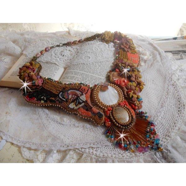 Collier plastron Envol Exotique brodé de dentelle, perles de gemme, diverses perles de très belle qualité façon Haute-Couture