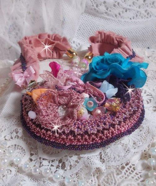 Collier plastron Jardin Poétique crée avec de la dentelle, des cristaux de Swarovski, des perles, des rocailles, de l'Argent doré 18 carats et des perles semi-précieuses