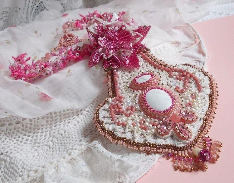 Collier plastron Lys Rose brodé avec une pierre de gemme l'Howlite blanc, rocailles, dentelle et perles diverses façon Haute-Couture