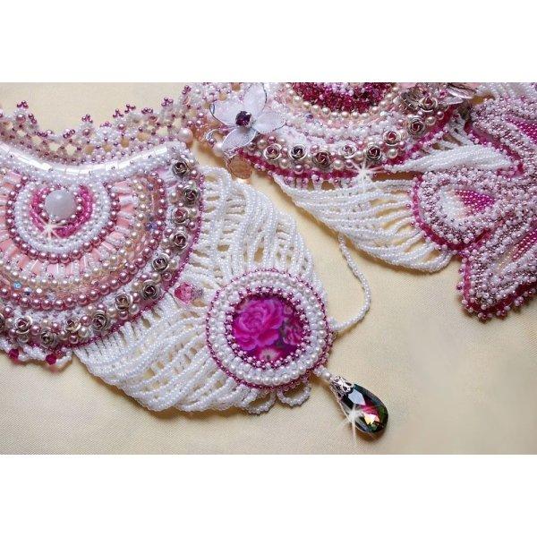 Collier plastron Madame de Pompadour, le plaisir des yeux brodé avec des perles de qualité façon Haute-Couture