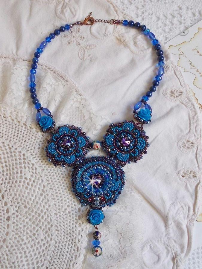 Collier plastron Roses Bleues Royales avec des cristaux de Swarovski et des rocailles