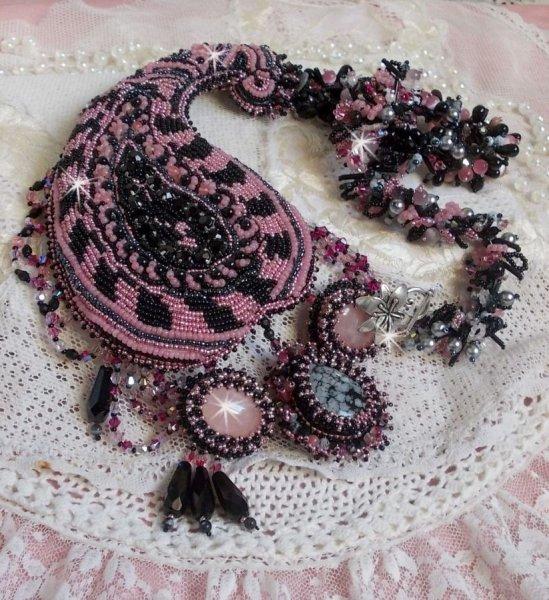 Collier plastrron Ville d'un Soir Noir et Rose, un reflet de lumière brodé avec des Quartz et des Cristaux de Swarovski