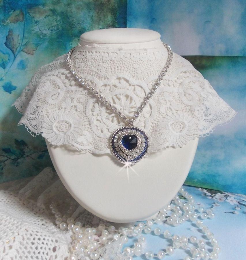 Collier Saphir Bleu brodé avec un cœur en cristal de Swarovski, des rocailles argentées Miyuki, des chatons, un fermoir et une chaînette d'extension en argent 925/1000