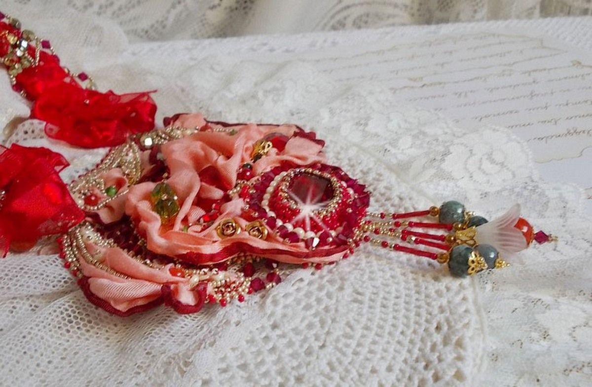 Collier plastron Secret Oriental brodé avec un cabochon en verre très ancien et des toupies en cristal de Swarovski