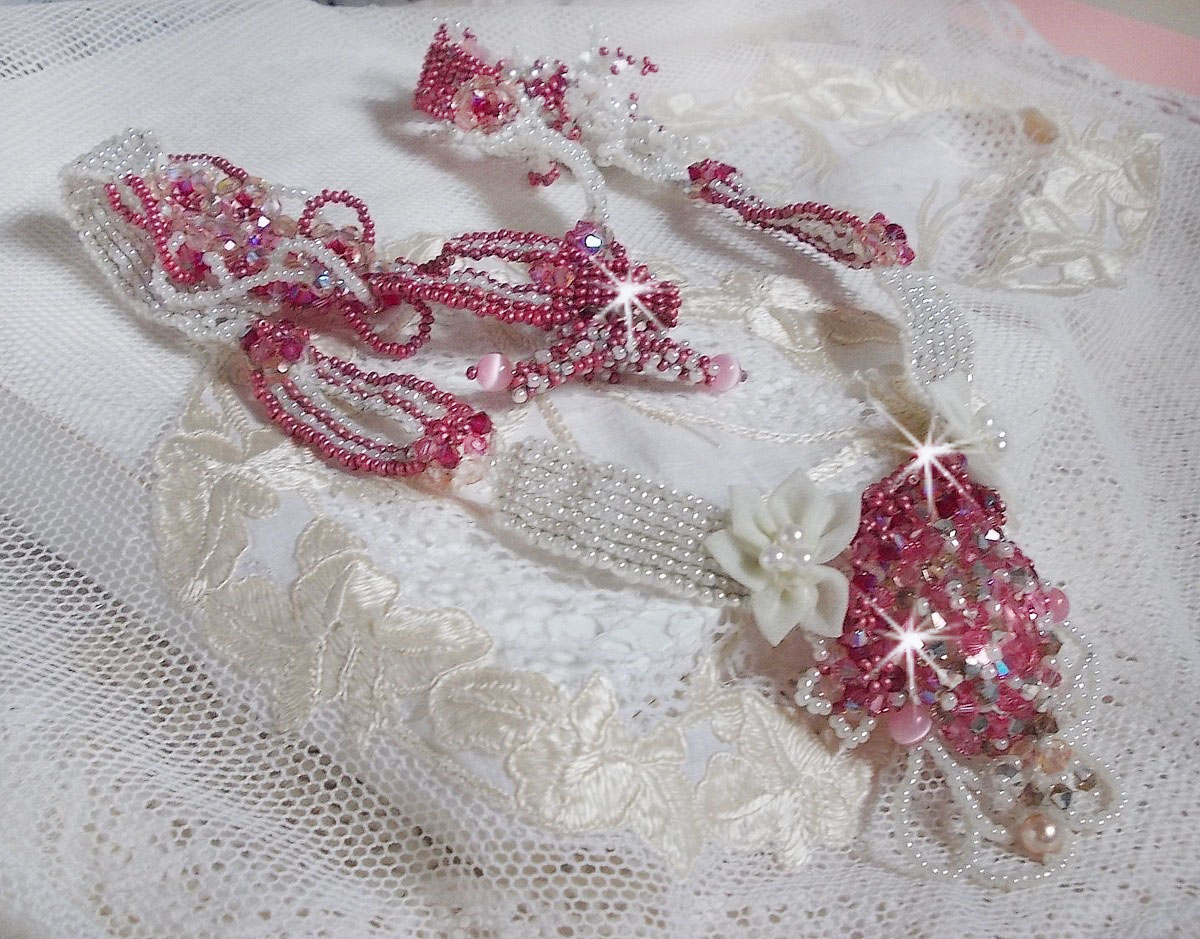 Collier Rose des Sables brodé avec des rocailles roses, blanc nacré et des cristaux de Swarovski