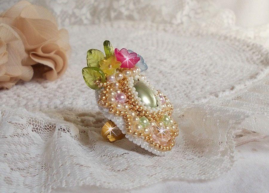 Bague Envolée Fleurie, très satiné, où se mêlent perles, fleurs et rocailles.