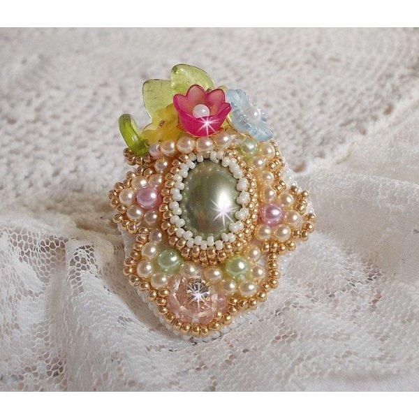 Bague Envolée Fleurie brodée avec un cabochon en résine des fleurs Lucite, des perles nacrées et des rocailles