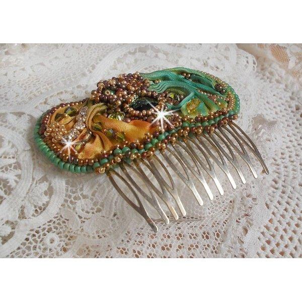 Peigne Lune Vénitienne brodé avec un ruban de soie, des cristaux de Swarovski, des perles magiques et des rocailles