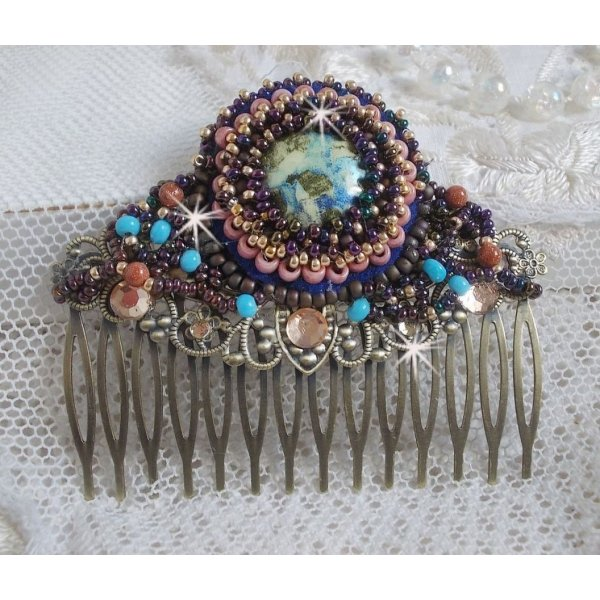 Peigne à Cheveux Bonjour Paris brodé avec un cabochon en résine, des pierres de gemme (Gold Stone ou pierre du Soleil), des perles rondes et des rocailles