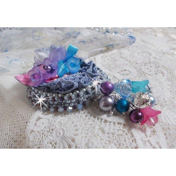 Pendentif Mademoiselle Bluse Haute-Couture brodé avec des Cristaux de Swarovski, des fleurs en résine, des perles nacrées, des rocailles et une chaîne en argent 925