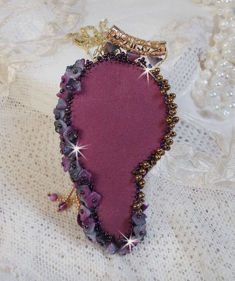 Pendentif La Passionnée de Venise brodé avec un ruban de Soie Shibori, des perles Sugilite semi-précieuses, des cristaux et diverses perles